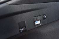 オプションの「アクセサリーコンセント」を選択したテスト車は、荷室の左側面(写真)とセンターコンソールの後端に、外部給電用のコンセントが備わる。