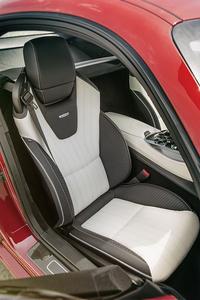 「GT」「GT S」ともにレザー表皮のスポーツシートを採用。オプションでヘッドレスト一体型の「AMGパフォーマンスシート」も用意される。