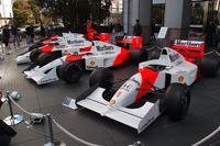 会場となった本田技研工業本社前には、歴代のマクラーレン・ホンダが並べられ、道行くひとの注目を集めていた。
