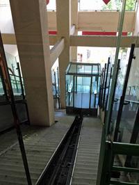 工場閉鎖後リニューアルを担当したのは著名なイタリア人建築家レンツォ・ピアノ。ショッピングモールがある2階までは、ケーブルカー状のエレベーターがある。