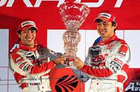 GT500チャンピオンの立川祐路(左)と高木虎之介。立川にとっては全日本GT選手権時代の2001年に次ぐ2度目、フォーミュラから転向した高木にとっては参戦初年度で手に入れたGTタイトルだった。