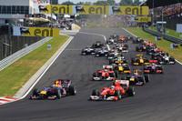 路面が汚れている偶数グリッドは不利─予選2位のウェバー(前から3台目)は、同3位のフェルナンド・アロンソ(先頭右)に先を越され、レース序盤は3位を走行。この時点で優勝は最速タイムを連発するトップのセバスチャン・ベッテル(先頭左)かと思われたが、セーフティカー導入で様相は大きく変わった。(写真=Red Bull Racing)