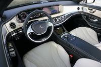 試乗車のインテリアは、トリムカラーが「ポーセレン/ブラック」。オプションのカーボンファイバートリムと「AMGパフォーマンスステアリング」が装着され、スポーティーに彩られる(前者はセットオプション「AMGカーボンファイバーパッケージ」、後者は同「AMGダイナミックパッケージ」に含まれる)。
