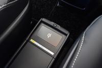 非接触型充電システム「おくだけ充電」。ハイブリッド車の上級グレード「Gi」の装備で、対応する機器をトレイに載せるだけで充電できる。