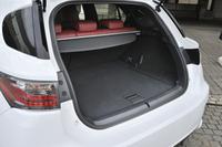 """ハイブリッドバッテリーをラゲッジフロア下の低い位置に搭載することで、荷室容量は""""Cセグメント""""車としては大きめの375リッター(VDA法。定員乗車時)を確保している。"""