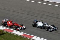 予選3位と好調だったメルセデスのニコ・ロズベルグ(右)。レースでは苦戦し、DRSを使われる側に立たされたが、レース終盤にフレッシュタイヤでバトンを抜き5位入賞を果たした。(Photo=Mercedes)