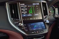 液晶画面は二段式。エアコンや走行モードの設定は、大きなナビ画面の下にあるタッチパネルで行う。