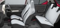 「X」のインテリア。上級グレードには新たにチルトステアリングやシートリフターが採用された。
