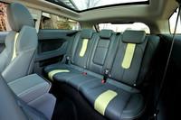 このテスト車には「Prestige/Dynamicテクノロジーパック」(29万円)と呼ばれるオプションが付く。パノラミックグラスルーフ、キーレスエントリー、アダプティブ・キセノンヘッドランプ、パワーテールゲート、コールドクライメートパック、ステアリングホイールヒーターがその内容。