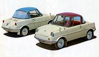 60年5月に発売されたマツダ初の乗用車である「R360クーペ」。2トーンカラーとサイドモール、ホワイトウォールタイヤ、リアウィンドウカーテンなどで装ったこれは、61年2月に加えられたデラックス。