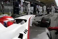 ザウバーの小林可夢偉(写真)は、雨で荒れた予選で9位と好位置につけたが、チームメイトのペドロ・デ・ラ・ロサ同様にフェラーリエンジンの問題でリタイアをきっした。(写真=Sauber)
