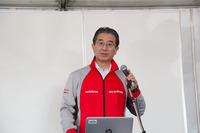 開会のあいさつに立ったNISMOの片桐隆夫社長。「お客さま向けのアカデミーでも、まずはサーキット走行のリスクを説明するところから始めています。皆さん、安全に楽しんでください」と語った。