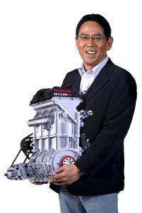「DIG-T R」エンジンを抱えるニスモの宮谷正一社長。
