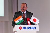 インド国内の工場で生産され、世界の各市場に出荷される「バレーノ」。日本で販売される車両もインドからの輸入となる。同車の発表会には駐日インド大使のスジャン・R・チノイ氏(写真)も出席し、あいさつを述べた。