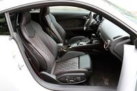 軽量設計のヘッドレスト一体型Sスポーツシート。試乗車のシートカラーはブラックで、クレシェンドレッドのステッチが施されている。