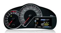 アイドリングストップ機構搭載車では、メーターにTFTマルチインフォメーションディスプレイを採用。