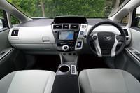「プリウス」よりもややコンサバティブなデザインが採用された運転席まわり。ファミリーユースを意識してのことだという。