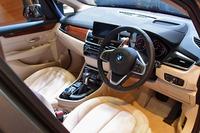 インテリア前方は、ドライバーオリエンテッドなデザインが採用されている。