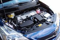 エンジンルーム。パワーユニットは「プリウス」のそれをベースとしながら、発進加速に不満を感じぬようエンジンのギア比やモーターの出力特性が変更されている。
