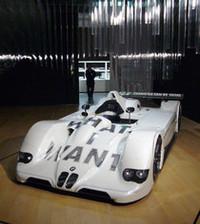 車体にテキストのアートを纏う、ジェニー・ホルツァーの「V12 LMR」。同型車が、ルマン24時間レースで総合優勝を果たした。