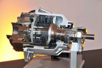 4WDシステムの要となる「ALL4クラッチ」(湿式多板の電子制御電磁クラッチ)のカットモデル。写真右が入力側(エンジン側)。多板クラッチの左側に見えるのが電磁クラッチユニットだ。