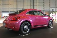 """VGJは「#PinkBeetle」(写真)を300台限定で販売する。これに加え、ピーチのロゴとブランドカラーをボディーの両サイドに追加した「#PinkBeetle Peach Edition」を""""機内販売専用限定車""""として5台販売する。"""