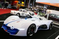 フランスのクラシックカーイベント「レトロモビル」の会場に展示された「アルピーヌ・ビジョン グランツーリスモ」。ゲームソフト『グランツーリスモ6』に登場する仮想レーシングカーを、実車化したものだ。