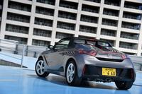 """2015年4月2日に発売された、ホンダの""""軽スポーツカー""""「S660」。グレード展開は、ベーシックな「β」と装備充実の「α」の、2タイプ。"""
