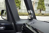 """「ピタ駐ミラー」。ルームミラー(写真右側)とサイドミラー前方にある補助ミラーを合わせ鏡として使い、車体左前方の視界を確保する""""技ありアイテム""""である。"""