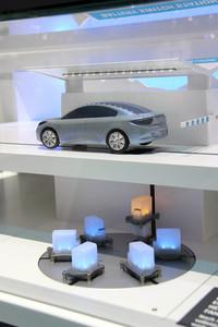 【写真3】ルノーの4種類の充電装置のひとつ、電池交換スタンド。クルマから空の電池をリフトで引き降ろし、代わりに充電済み電池を装填する。