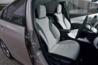 """シートカラーにはクールグレーとブラックのツートーンと、ブラックのモノトーンの2種類が用意される。写真は「A""""ツーリングセレクション""""」の合成皮革のシート。"""