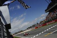 予選5位からスタートで3位に上がったアロンソ(写真)は、レース序盤、セバスチャン・ベッテル、ポールシッターのニコ・ロズベルグらを抜きトップへ。その後4ストップ作戦をきっちりと仕上げ10秒近い差をつけ勝利した。ドライバーズランキングは首位ベッテルの19点後方、3位。(Photo=Ferrari)