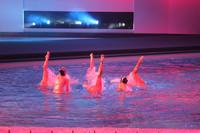 ステージはプールの上に設営された。シンクロナイズドスイミングがイベントを盛り上げる。