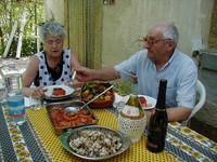 家の外で昼を楽しむ知人トメア(写真右)と夫人のマリア。1999年夏撮影。