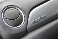 4WD車であることを示す「ALLGRIP」のエンブレム。助手席側のダッシュボードとテールゲートに装着される。