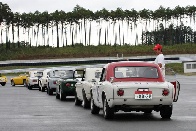 コースインを待つR(レーシング)クラスの参加車両。