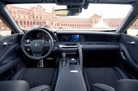 「LC500」のインストゥルメントパネルまわり。運転席側はコックピットライクな雰囲気を、助手席側は快適性や優雅さを重視した、左右非対称の設計となっている。