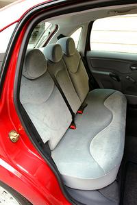 後席は中央にも、ヘッドレストと3点式シートベルトが備わる。前席デュアルモード&サイド、カーテンエアバッグは標準装備