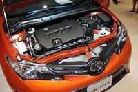 1.8リッターの「2ZR-FAE」ユニット。吸排気の可変バルブタイミング機構「Dual VVT-i」を備える。