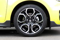 タイヤサイズは195/45R17。ブラック塗装と切削加工を組み合わせたツートンカラーの17インチアルミホイールが組み合わされる。