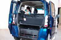 荷室は3枚のボードの付け外しによりアレンジ可能。後席のヘッドレストは、写真のように荷室のサイド部に収納できる。