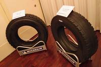 発表会場に飾られた、再生前のトラック・バス用タイヤ(写真右)と再生後のタイヤ(同左)。