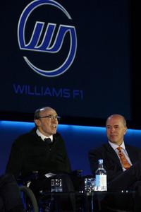 会場には、ウィリアムズF1会長のフランク・ウィリアムズ氏の姿も。(写真左)