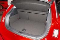 トランクルームは270リッターの容量。リアシートは分割可倒式となっており、ワンタッチで荷室を拡大することができる。