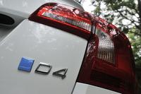 """「ポールスター・パフォーマンス・パッケージ」装着車であることを示す""""パーツ""""は、外装だけでなく内装も含め、リアエンドに貼られたこの「POLESTAR」エンブレムしかない。パッケージはD4エンジンを搭載する「V40」シリーズと「S60」「V60」「XC60」に対応している。"""