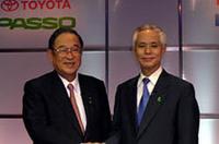 発表会の会場で並んで壇上にのぼった、トヨタ自動車の張富士夫社長(左)と、ダイハツ工業の山田隆哉社長