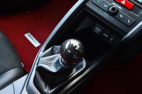 アルミニウムにカーボンを積層した「カーボンシフトノブ」は、1万2960円。テスト車には、シフトストロークの短い「クイックシフター」も組み込まれていた。