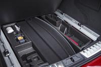 荷室の床下には、取り外したトノカバーを写真のように収納できる。