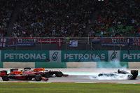 予選5位のスタートから一気に上位を目指したのか、フェラーリのベッテルはオーバースピード気味にターン1に侵入。当たったロズベルグ(写真右)はスピン、最後尾まで順位を落とした。この時「すべては終わった」と思ったというロズベルグだったが、その後挽回し、終盤にはコース上でキミ・ライコネンから4位の座を奪った。そして宿敵ルイス・ハミルトンがエンジンブローでリタイアすると3位表彰台が転がり込んできた。ハミルトンとのタイトル争いでは、23点のアドバンテージを得ることができた。(Photo=Red Bull Racing)