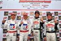 写真左から、GT500クラスを制した小暮卓史、ロイック・デュバル、GT300クラスで今季初優勝した谷口信輝、番場 琢の各選手。